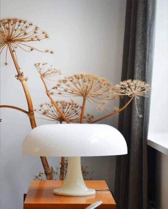 lampa nesso na tle bukietu suchych kwiatów