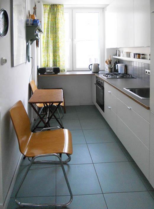 kuchnia z zieloną podłogą