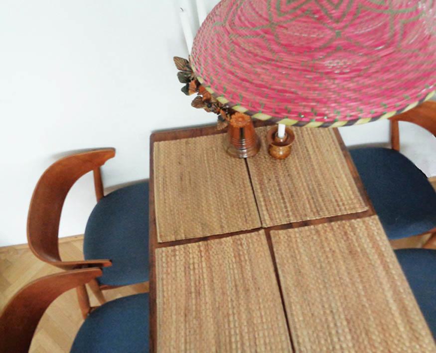 skandynawskie krzesła i lampa pet
