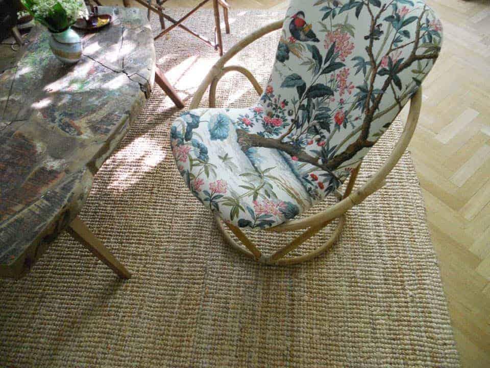 fotel bambusowy obity tkaniną z egzotycznym motywem