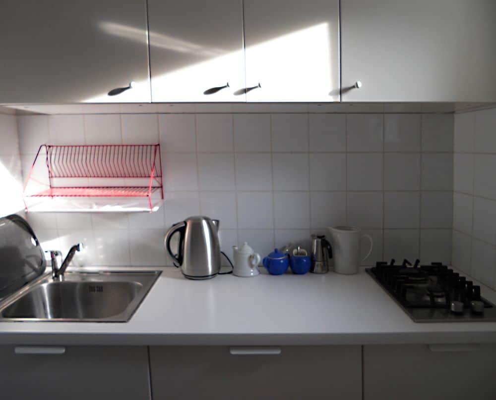 biała zabudowa kuchenna