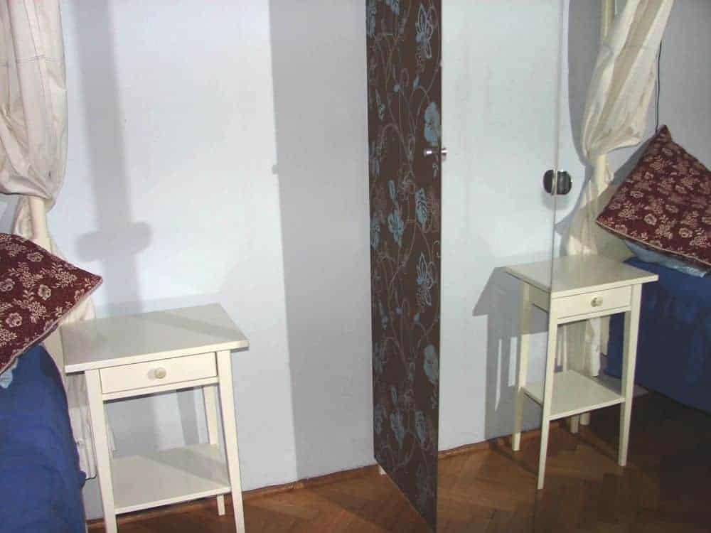 szafa wnękowa oklejona tapetą